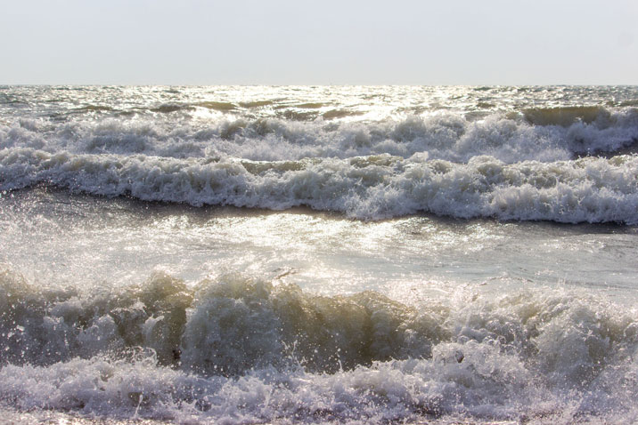 Wellen am Strand in Hökholz
