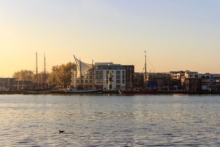 Goldener Herbstmorgen am Hafen in Eckernförde