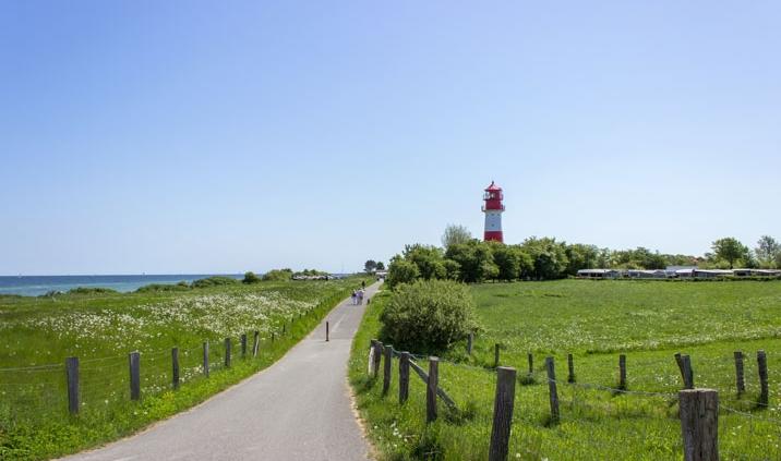 Leuchtturm in Falshöft im Frühling