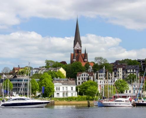 Hafen in Flensburg im Frühling mit Blick auf die Kirche St. Jürgen