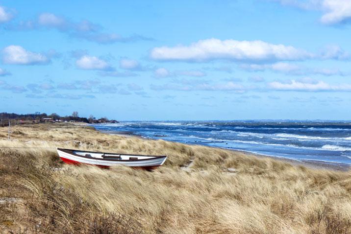 Boot am Strand in Kronsgaard im Winter