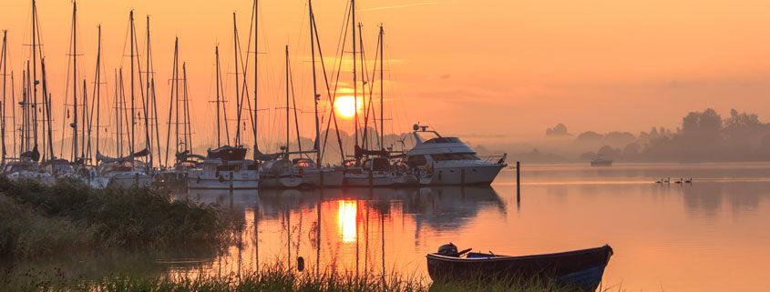 Sonnenaufgang in Lindaunis an der Schlei am Yachthafen